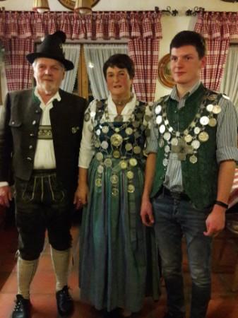 Schützenkönigin Monika Allerberge, Jugendkönig Jakob Hopf mit 1. Schützenmeister Gebhard Mayer