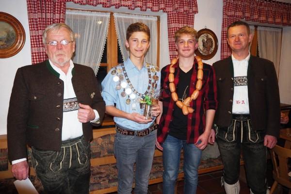 Die Jugendkönige Maxi Anner und Wolfgang Brand (Wurstkönig) mit 1. Schützenmeister Gebhard Mayer und Sportwart Anton Hallweger